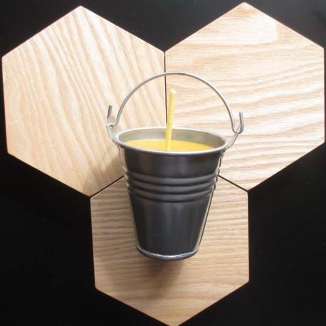 Bougie en cire d'abeille dans seau en métal gris