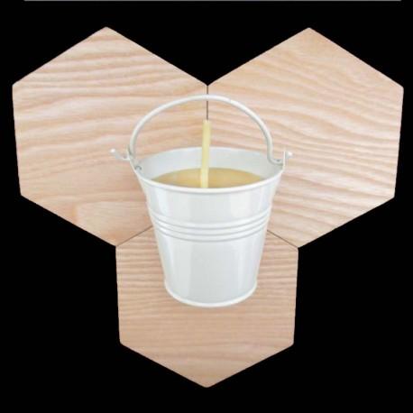 Bougie en cire d'abeille dans seau métal blanc